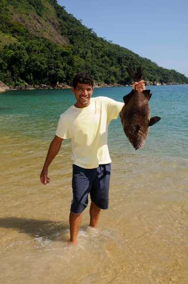 """BRESIL Village de Ponta Negra, vers Paraty Le pêcheur """"Si"""" montre un sargo"""