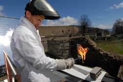PYRENEES ORIENTALES Mont-Louis Four solaire Démonstration du percement et de la fonte d'une plaque d'ardoise, à 3000° C au foyer du miroir