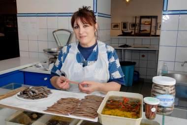 PYRENEES ORIENTALES Collioure Préparation des anchoix à la maison Desclaux
