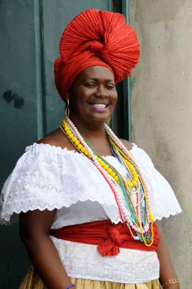 BRESIL - Salvador da Bahia Dans le Pelourinho, bahianaise en costume traditionnel