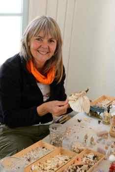 """Ile d'Oléron St-Trojan-les-Bains Myriam Bataille, créatrice de bijoux fantaisie dans sa cabane """"retour de plage"""""""