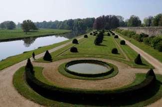SARTHE Château du Lude Le boulingrin au bord du Loir