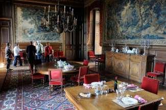 SARTHE Château du Lude Salle à manger avec tapisseries d'Italie et cheminée François 1er.