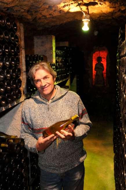 SARTHE Joël Gigou, viticulteur à La Chartre-sur-Loir, dans sa cave, avec une bouteille de Jasnières