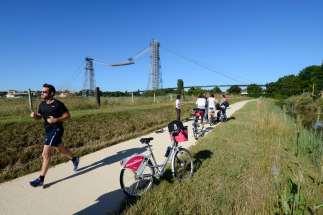 CHARENTE-MARITIME Echillais Chemin de la Charente, voie pédestre et cyclable passant devant le pont-transbordeur