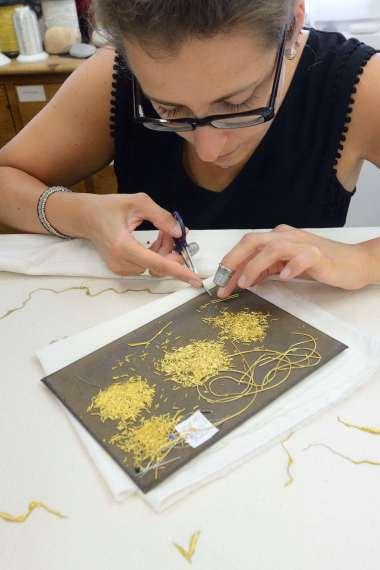 CHARENTE-MARITIME Rochefort A l'atelier le Bégonia d'or Marlène brodeuse de fils d'or, élève de Sylvie Deschamps