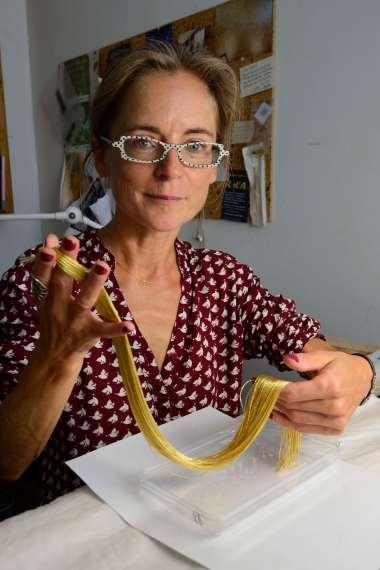 CHARENTE-MARITIME Rochefort A l'atelier le Bégonia d'or Sylvie Deschamps tient de la cannetille de fils d'or