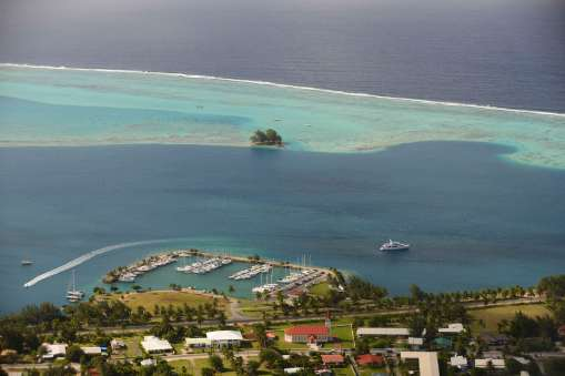 Polynésie Française Raiatea Vue depuis le sommet du mont Tapioi (300 m) sur Uturoa et le lagon protégé par la barrière de corail