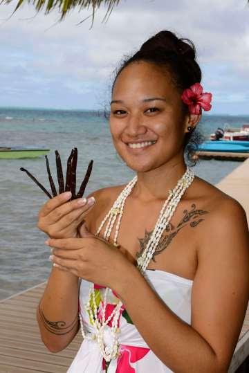 Polynésie Française Raiatea Mihilani, serveuse au restaurant de l'hôtel d'Opoa, montre quelques gousses de vanille de Tahiti