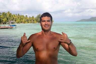 Polynésie Française Tahaa Sur son motu familial de Rootava, Heimata Carroll, ancien surfeur, prépare le déjeuner pour les touristes dans sa pension très modeste Matahina Lodge.