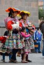 PEROU - Cuzco Femmes posant en costume traditionnel et lama, contre menue monnaie...