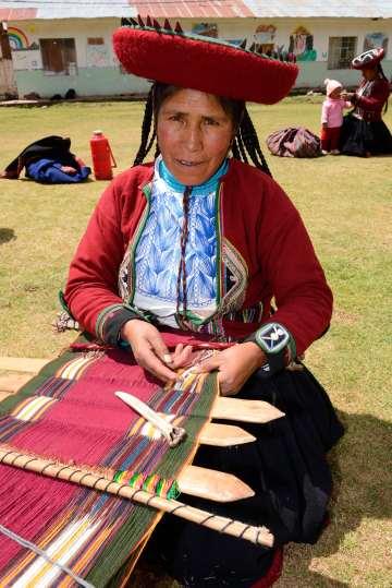 PEROU Village de Umasbamba, vers Chinchero Les femmes font une démonstration de tissage de laine de mouton ou de lama