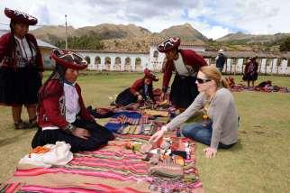 PEROU Village de Umasbamba, vers Chinchero Après la démonstration de tissage, les femmes vendent leurs produits artisanaux aux touristes