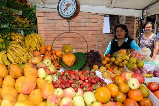 PEROU - Lima Vendeuse de fruits ambulante