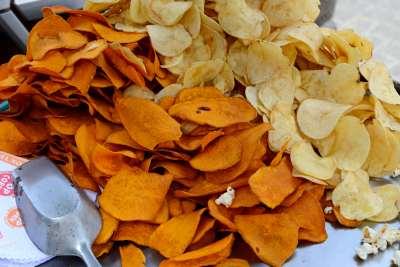 PEROU - Lima Quartier Barranco Chips de patate douce et de pommes de terre vendus dans la rue