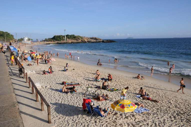 BRESIL - Rio de Janeiro Sur la plage de Copacabana