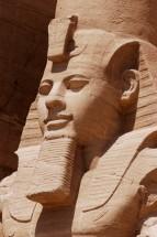 EGYPTE - La basse Nubie Abou-Simbel Temple du Soleil de Ramsès II Tête de Ramsès II assis