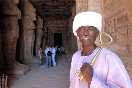 EGYPTE - La basse Nubie Abou-Simbel Temple du Soleil de Ramsès II Gardien tenant la clef symbolique du temple