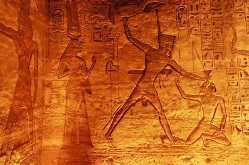 EGYPTE - La basse Nubie Abou-Simbel Temple de la reine Néfertari Salle à piliers Ramsès II frappe un prisonnier lybien devant Horus