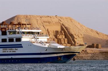 EGYPTE Croisière sur le lac Nasser Le Queen of Abou Simbel devant Abou Simbel