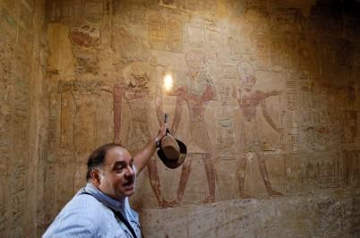 EGYPTE - Basse Nubie Temple d'Amada Guide commentant les peintures de la salle à piliers
