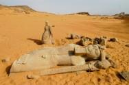 EGYPTE - Basse Nubie Oasis de Ouadi Es-Seboua Statues reposant dans les sables, entre le temple de Ouadi Es-Seboua, et celui de Dakka