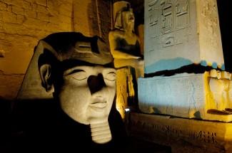 EGYPTE - Louxor Temple de Louxor Tête de Ramsès II, à côté du pilône et de l'obélisque