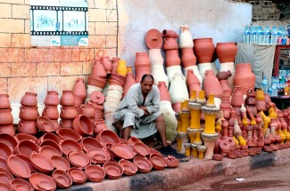 EGYPTE - Louxor Vendeur de poterie, à l'extérieur du temple de Louxor