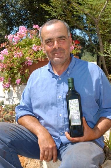ITALIE - Pouille - Ostuni Andriola Sante montre son huile d'olive