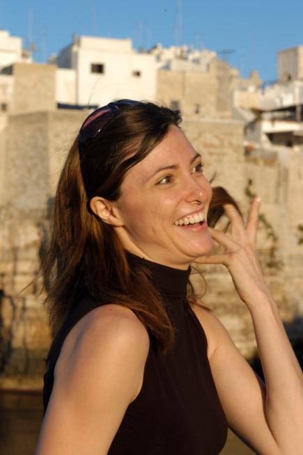 ITALIE - Pouille Jolie italienne devant Polignano a Mare