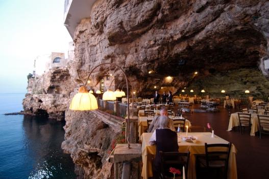 ITALIE - Pouille - Polignano a Mare Salle du restaurant Grotta Palazzese