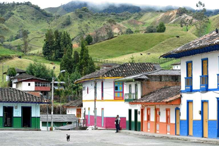 COLOMBIEA Saint-Félix, place du village