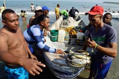 COLOMBIE - Carthagène Pêche sur la plage de La Boquilla