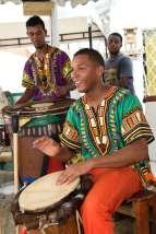 """COLOMBIE - Carthagène A l'école de musique de La Boquilla, l'association """"les tambours de Cabildo"""" enseignent la musique eux enfants, et font des initiations aux touristes."""