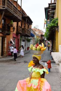 COLOMBIE - Carthagène Devant l'église de Santo Domingo, une vendeuse de fruits
