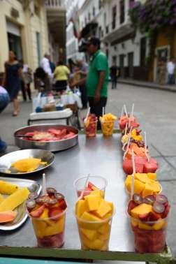 COLOMBIE - Carthagène Dans le centre historique, vendeurs de fruits frais