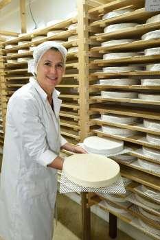 Jouarre (Seine-et-Marne) Fromagerie Ganot Isabelle Hédin compare un brie fermier et un brie de Melun, dans la cave d'affinage