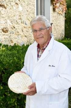 Saint-Rémy-la-Vanne (77) Société fromagère de la Brie Pierre Bobin montre un Brie de Melun
