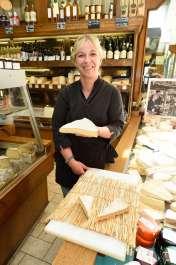 Meaux (77) La Fromagère, fromagerie du centre-ville Fleur montre une part de Brie de Meaux
