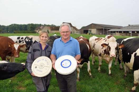 Favières (Seine-et-Marne) A la ferme des 30 Arpents Laura, employée à l'élevage, et Jacques Cochaud, responsable de la production du Brie fermier