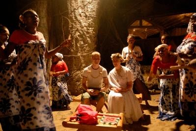 MAYOTTE La troupe folklorique Kani-Kéli chante et danse sur la plage du Jardin Maoré en l'honneur d'un couple de jeunes mariés