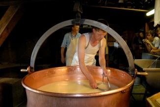 SUISSE Canton de Fribourg Moléson Fromagerie artisanale fabriquant du gruyère et du vacherin