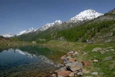 SUISSE Valais - Lötschental Petit lac de Grundsee, au bord du sentier menant vers le glacier de Langgletscher