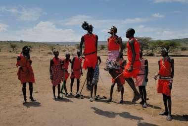 KENYA Maasaï Mara Visite d'un village Maasaï Jeunes femmes et jeunes hommes dansent pour les touristes