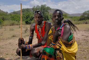 KENYA Maasaï Mara Maasaïs en tenue traditionnelle