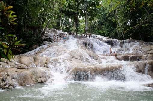 JAMAÏQUE Dunn's River Falls Les touristes remontent les chutes à pieds