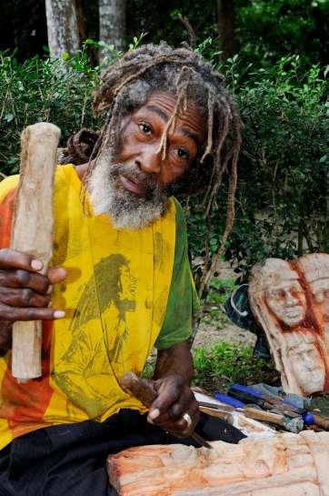 JAMAÏQUE Sculpteur rasta aux Dunn's River Falls