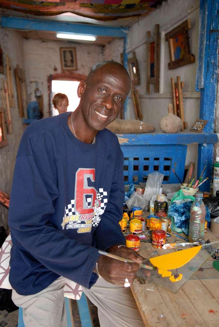 SENEGAL Ile de Gorée Dolly Fallou, artiste peintre sur verre