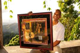 JAMAÏQUE Hôtel Strawberry Hill, perché à 1000 m d'altitude dans les Blue Mountains, appartenant à Chris Blackwell, le célèbre fondateur de la maison de disque Island records, qui a produit Bob Marley. Ici, le gérant montre l'un des disques d'or du chanteur.