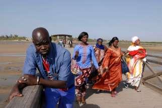 SENEGAL Sine Saloum Fadiouth Philippe, guide officiel, sur le pont qui mène à l'île